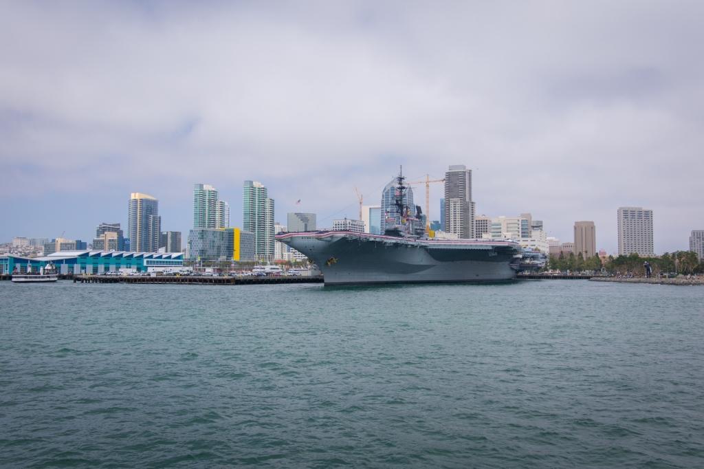 USS Midway im Hafen San Diegos, im Hintergrund Downtown